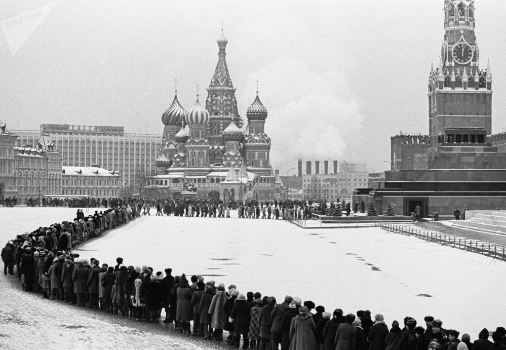 Fila para visitar o mausoléu de Lenin na Praça Vermelha, 1984