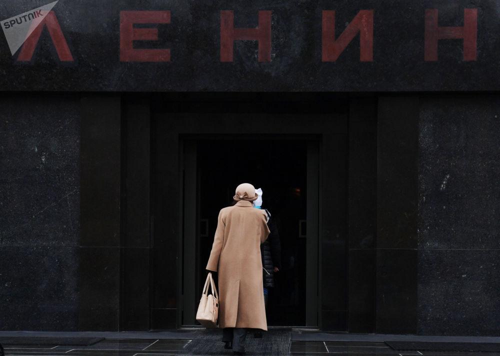 Turistas entram no mausoléu de Lênin na Praça Vermelha após este passar por uma reparação