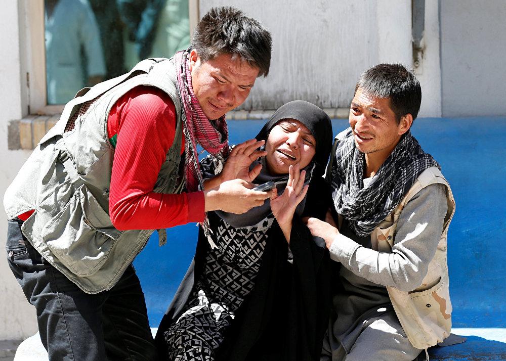 Parentes das vítimas lamentam em um hospital após um ataque suicida em Cabul.