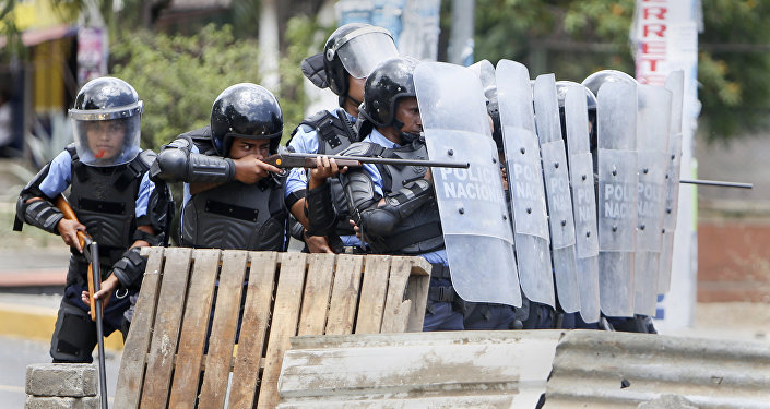 Polícia reprime protesto na Nicarágua, abril de 2018.