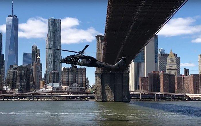 Helicópteros militares efetuam rara manobra debaixo da ponte do Brooklyn