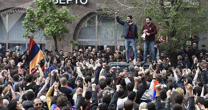 Protestos na capital armênia de Erevan contra a nomeação de Serzh Sargsyan como primeiro-ministro do país