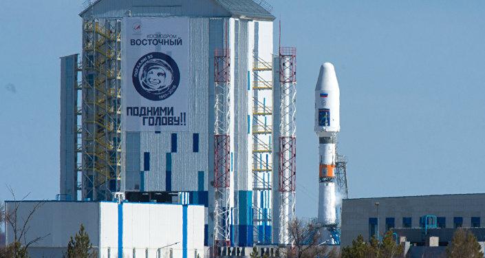 Transportadora espacial Souyuz 2.1a com os satélites russos Lomonosov, Aist-2D e um satélite nano SamSat-216 na plataforma de lançamento do cosmódromo Vostochny.