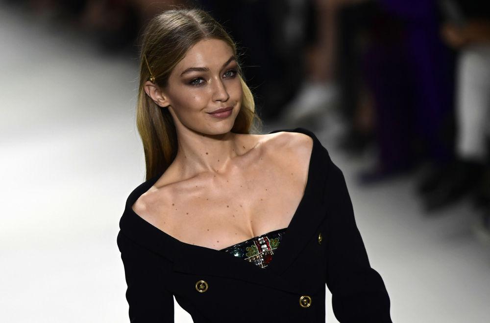 Gigi Hadid durante o desfile da coleção da famosa marca italiana Versace em Milão, Itália