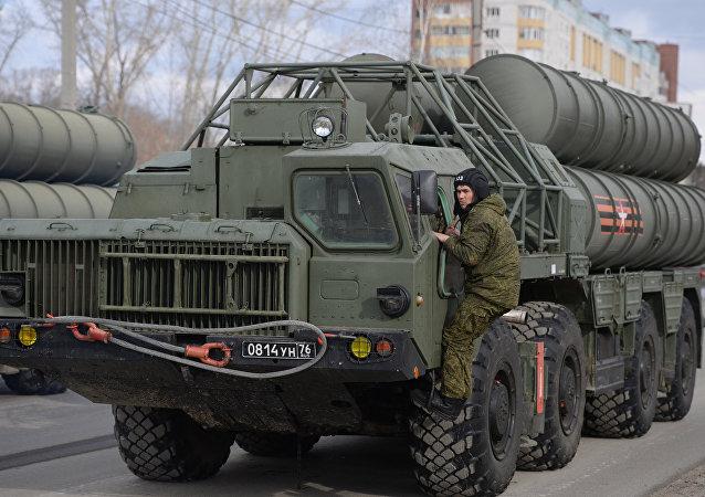 Sistemas antiaéreos russos S-300 durante o ensaio do desfile militar em Ekaterinburgo (foto de arquivo)