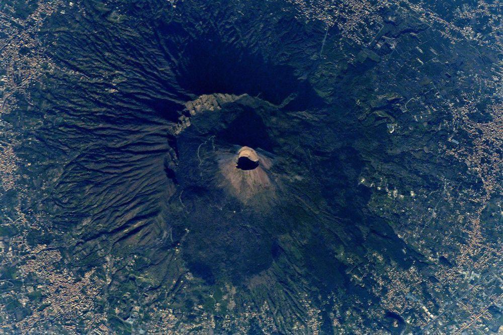 Vulcão Vesúvio fotografado a partir da EEI pelo cosmonauta russo Anton Shkaplerov