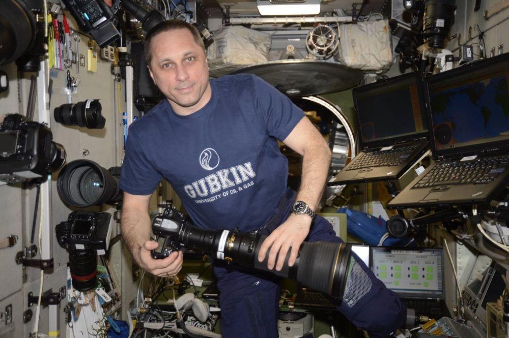Cosmonauta russo Anton Shkaplerov com sua câmera na EEI