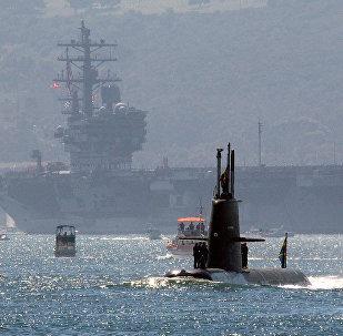 Submarino sueco HSwMS Gotland atravessando a baía de San Diego junto com o porta-aviões USS Ronald Reagan (foto de arquivo)