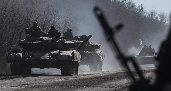 Foto de arquivo de tropas ucranianas andar em tanques perto de Artemivsk, leste da Ucrânia.