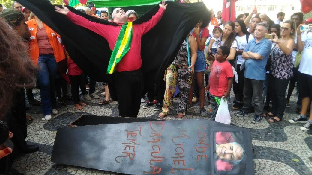 Manifestantes fazem encenação ironizando o atual presidente do Brasil, Michel Temer