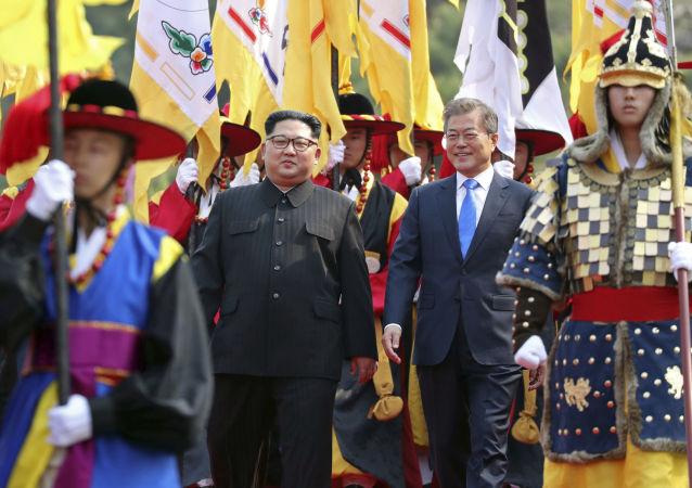 Líderes das duas Coreias, Kim Jong-un e Moon Jae-in, durante encontro na zona desmilitarizada que separa os dois países