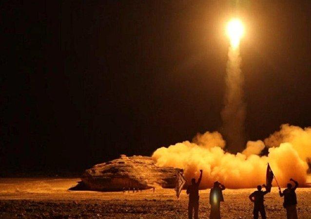 Lançamento de míssil balístico pelos houthis contra a Arábia Saudita (foto de arquivo)