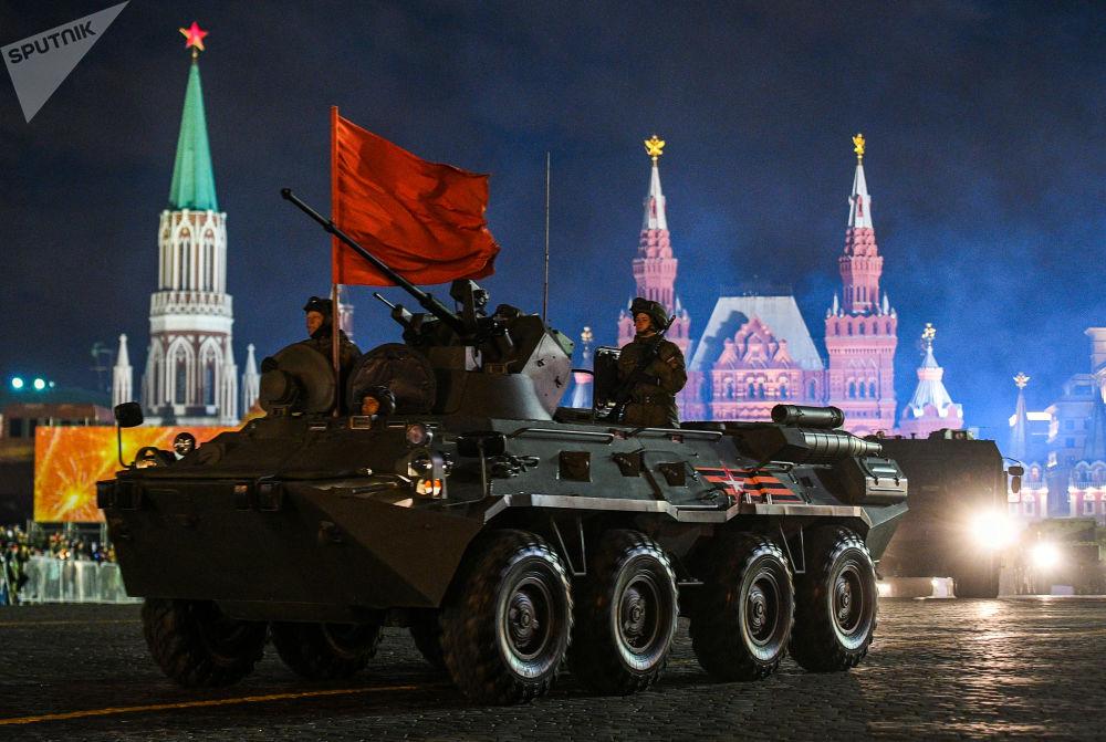 Veículo de transporte blindado BTR-82А participando do ensaio do desfile militar