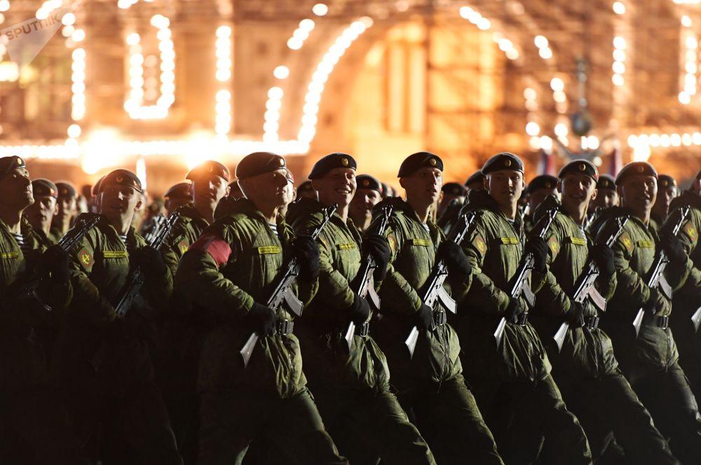 Militares das unidades de desfile no ensaio da parada militar na Praça Vemelha.