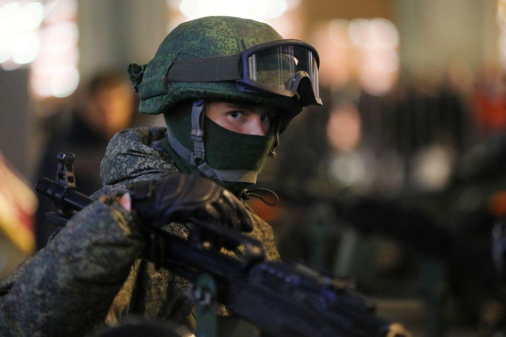 Um militar antes do início do ensaio do desfile militar