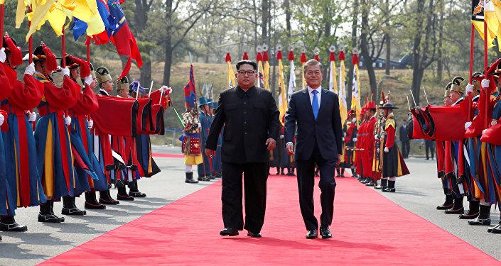 Presidente da Coreia do Sul, Moon Jae-in, caminha com o presidente da Coreia do Norte, Kim Jong-un, em Panmunjom, na Coreia do Sul