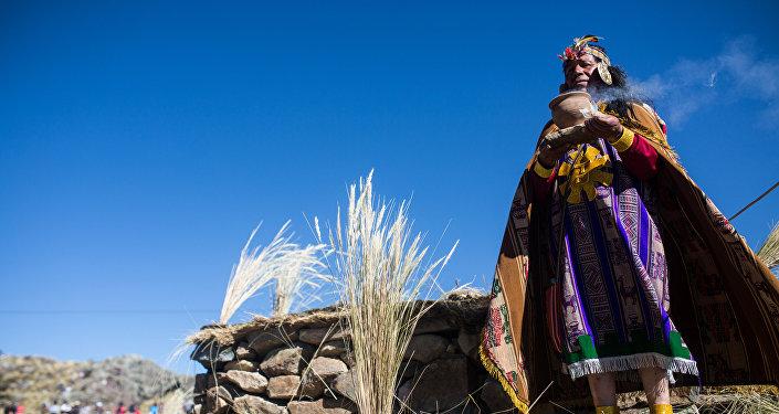Um indígena peruano, vestido como um rei inca, faz uma oferenda durante a cerimônia Chaccu, um ajuntamento anual de vicunhas, na Reserva Nacional de Pampa Galeras, Peru, 24 de junho de 2015