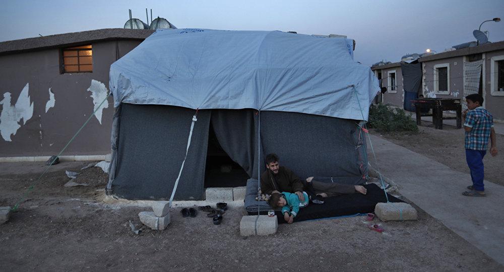 Homem deslocado de Ghouta Oriental, Síria, com sua família (arquivo)