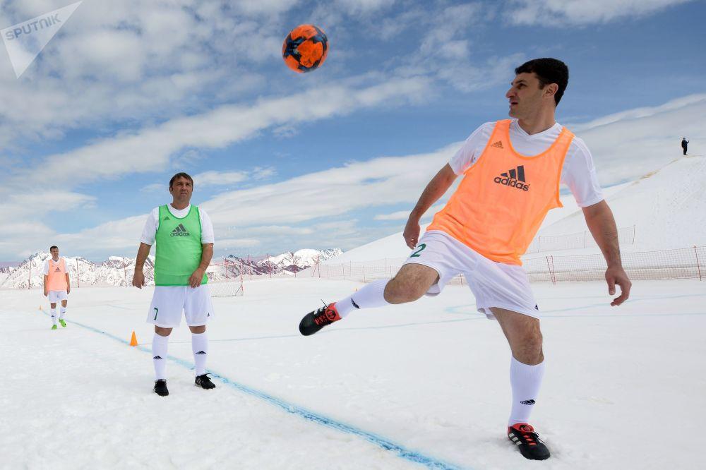 Jogadores em um campo improvisado em resort de esqui russo no âmbito de um jogo dedicado aos 50 dias anteriores à abertura da Copa do Mundo 2018