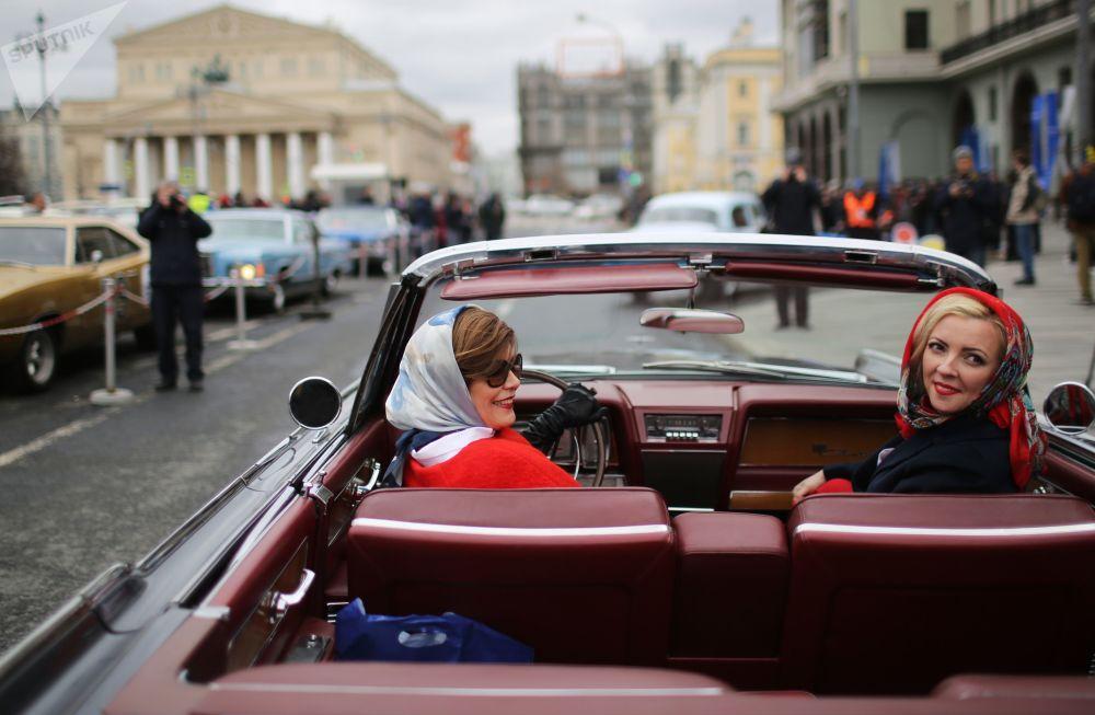 Participantes do rali de carros clássicos que se iniciou perto do hotel Metropol, em Moscou