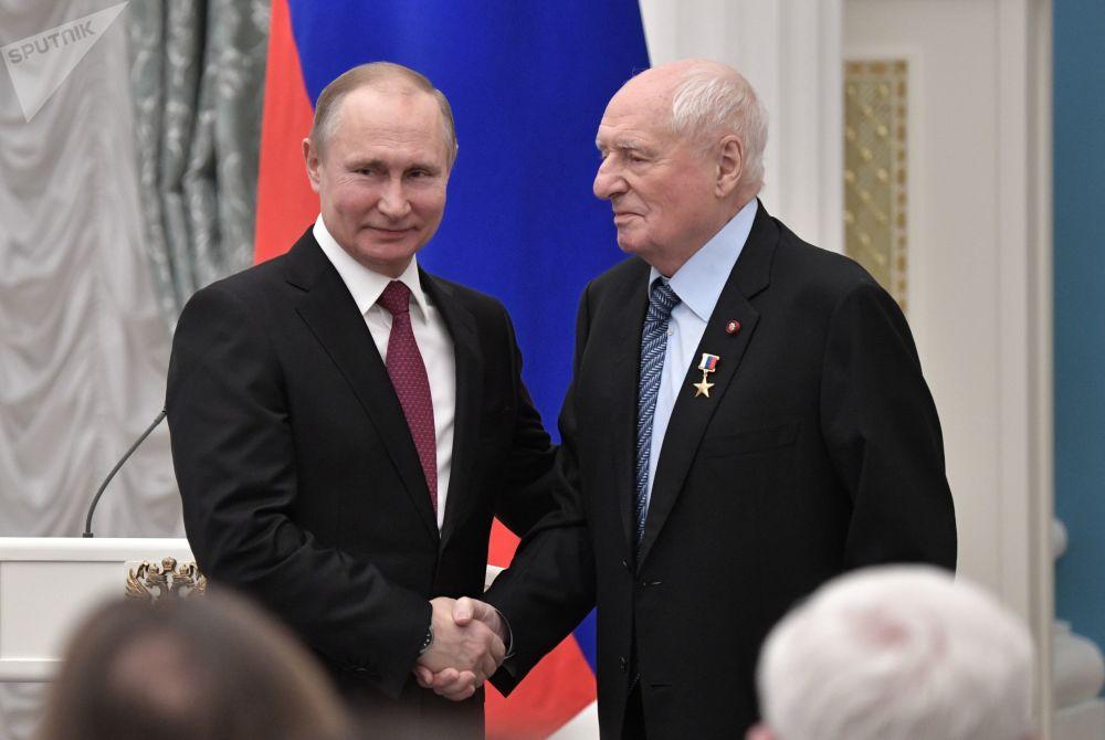 Presidente russo, Vladimir Putin, e o chefe artístico do teatro Lenkom, Mark Zakharov, durante a cerimônia de condecoração com medalhas de Herói do Trabalho, no Kremlin
