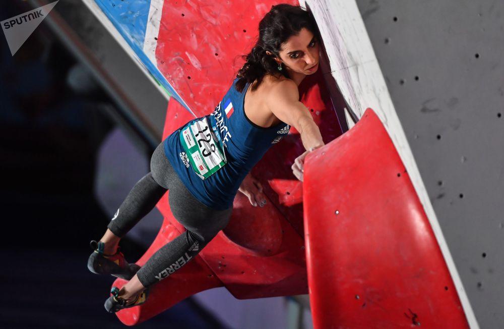 Fanny Gibert participa da etapa final das competições de escalada femininas, em Moscou