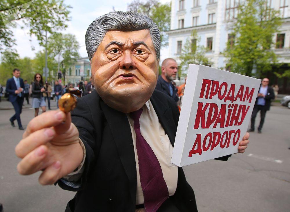 Participantes de um protesto contra o atual presidente ucraniano, Pyotr Poroshenko, perto do edifício da administração presidencial, em Kiev
