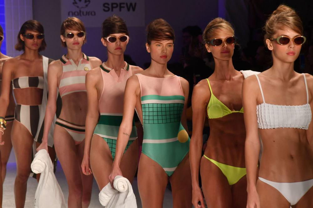 Modelos apresentam peças da casa Salinas durante a semana de moda em São Paulo