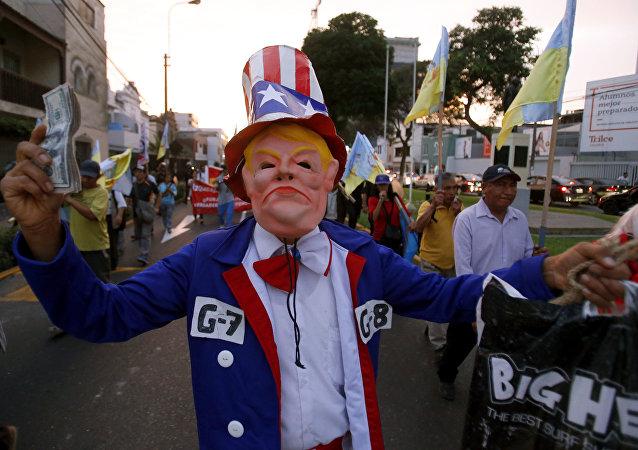 Homem com máscara de Donald Trump durante protestos contra a Cúpulas das Américas, Lima, Peru, 12 de abril de 2018