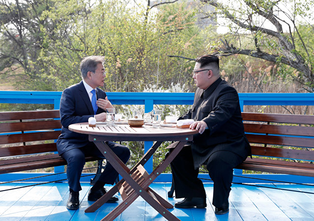 Líderes coreanos, Moon Jae-in (à esquerda) e Kim Jong-un (à direita), em Panmunjom durante cúpula