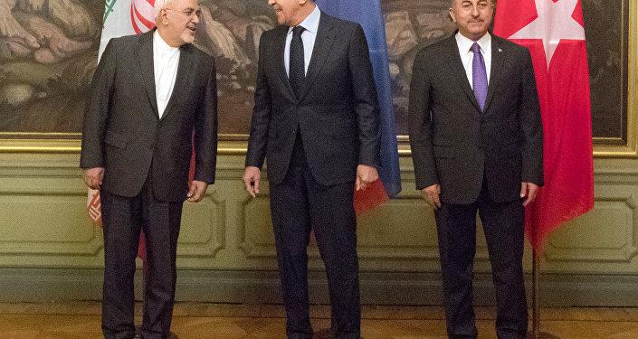Javad Zarif, do Irã, Sergei Lavrov, da Rússia e Mevlut Cavusoglu, da Turquia, em reunião trilateral de lideranças diplomáticas. Os três discutiram soluções para a Síria.