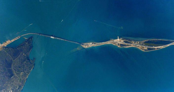 Vista da ponte da Crimeia atravessando estreito de Kerch