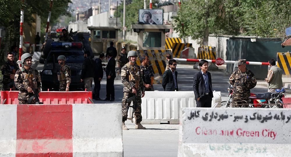 Forças de segurança afegãs perto do local de uma das explosões, Cabul