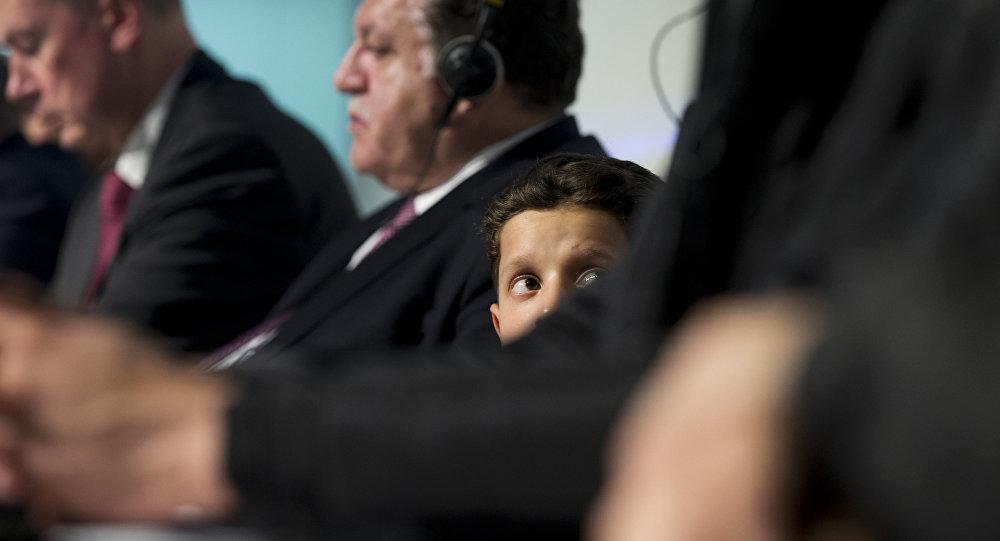 Hassan Diab, garoto que participou da encanação de ataque químico em Douma, durante coletiva de imprensa da OPAQ em Haia