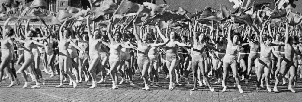 Desfile de ginastas na Praça Vermelha no Dia Internacional dos Trabalhadores, em 1º de maio de 1936