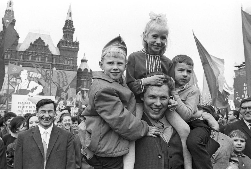 Participantes das comemorações no Dia Internacional dos Trabalhadores em Moscou, em 1º de maio de 1968