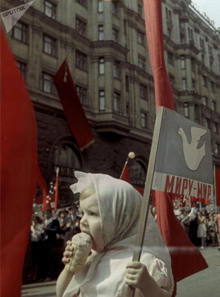 Criança participa do desfile festivo no Dia Internacional dos Trabalhadores em Moscou, em 1º de maio de 1964