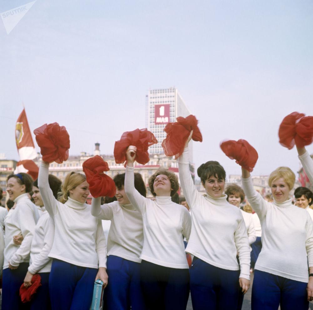 Parada de ginastas na Praça Vermelha no Dia Internacional dos Trabalhadores, em 1º de maio, em 1969