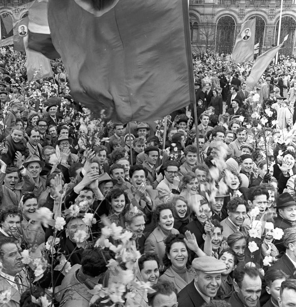 Desfile festivo dos trabalhadores na Praça Vermelha no Dia Internacional dos Trabalhadores, em 1º de maio de 1960