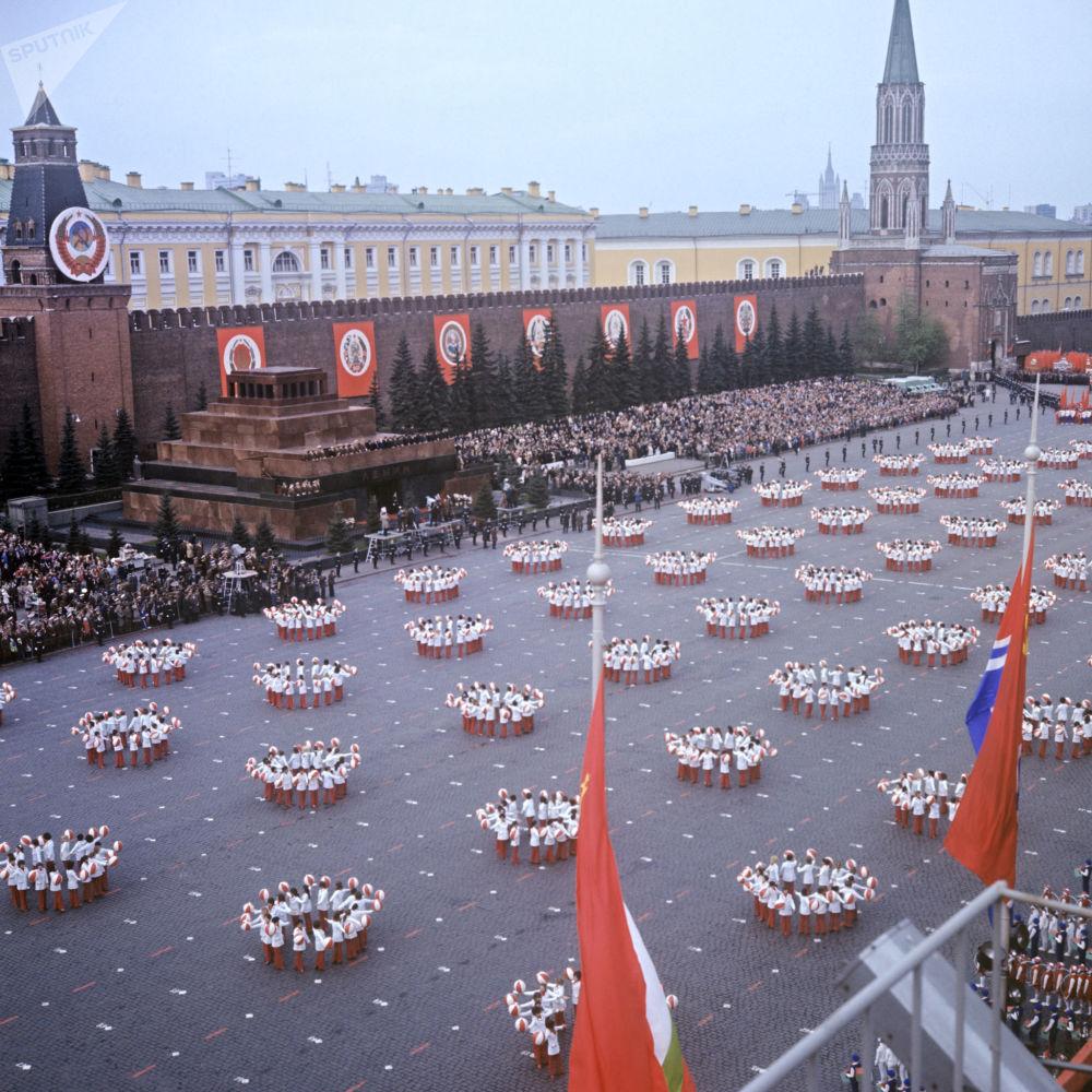 Desfile de ginastas na Praça Vermelha no Dia Internacional dos Trabalhadores, em 1º de maio de 1973