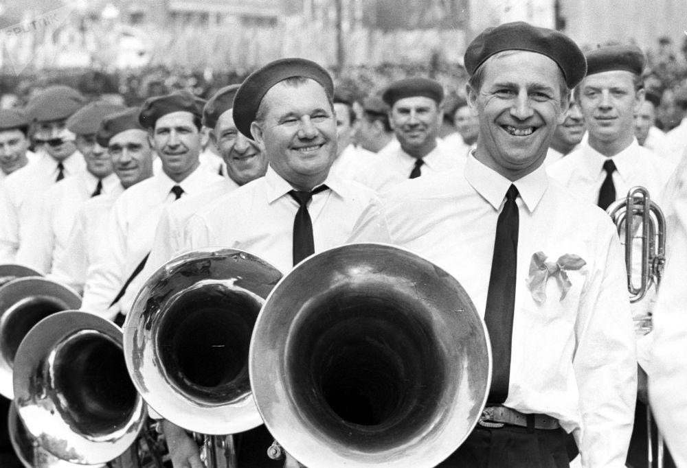 Músicos da Orquestra Sinfônica durante o desfile festivo na Praça Vermelha no Dia Internacional dos Trabalhadores, em 1º de maio de 1969