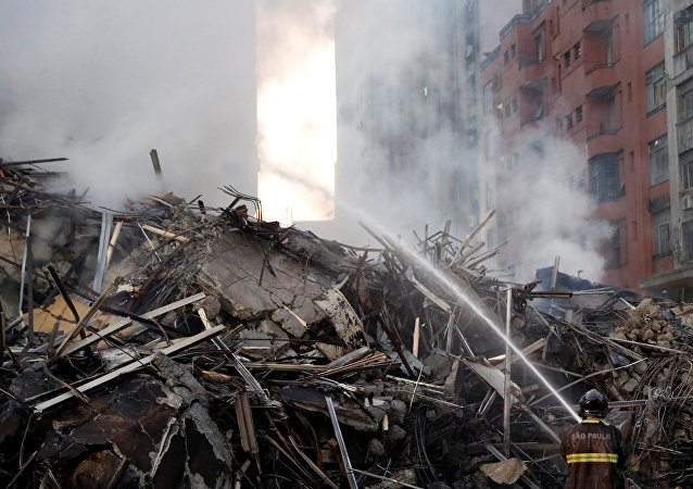 Bombeiro tentando extinguir as chamas no incêndio em São Paulo, 1º de maio de 2018