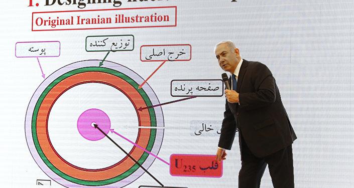 Premiê israelense, Benjamin Netanyahu, falando sobre o programa nuclear iraniano com mapa de provas no plano de fundo, Tel Aviv, 30 de abril