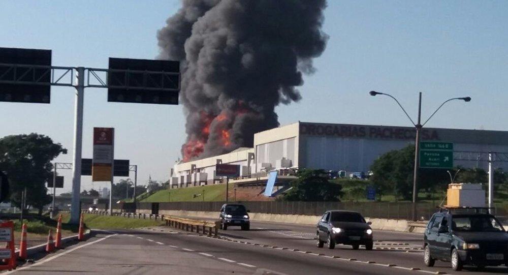 Incêndio no Rio de Janeiro atinge depósito de empresa.