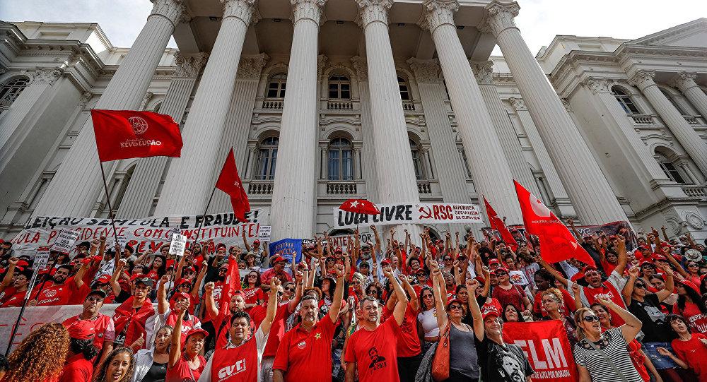 Ato unificado do 1° de Maio, pela liberdade de Lula e em defesa da democracia, na Praça Santos Andrade, em Curitiba