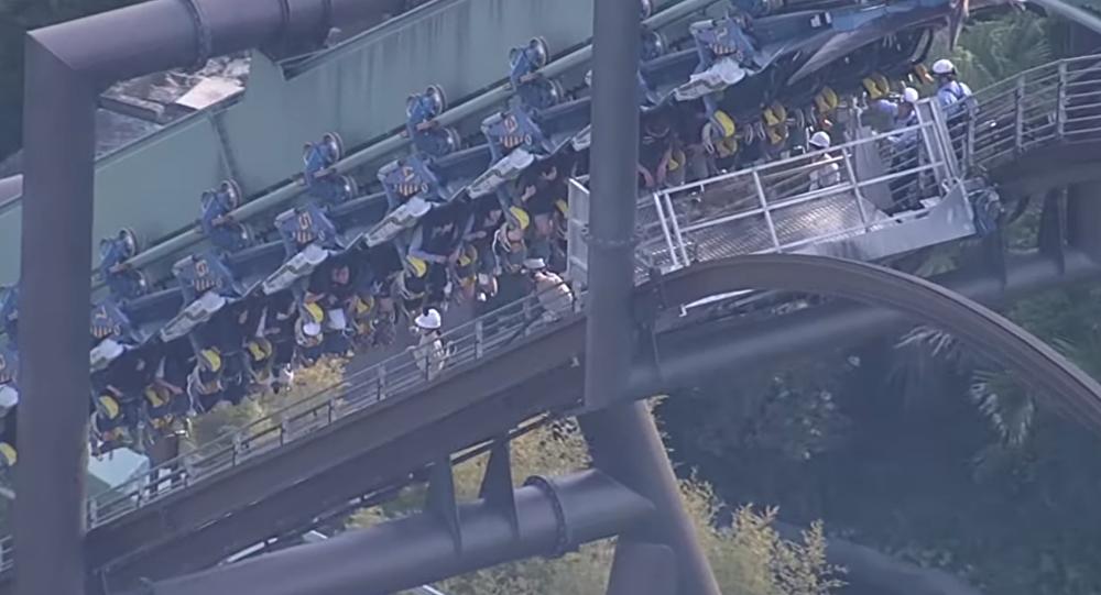 Passageiros ficam pendurados durante duas horas após avaria em montanha-russa