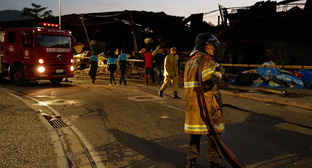 Incêndio destrói galpão da escola de samba na Zona Portuária do Rio de Janeiro