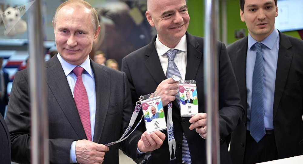 Presidente russo, Vladimir Putin, com presidente da FIFA, Gianni Infantino ao receberem passaportes dos torcedores para Copa 2018 na Rússia, 3 de maio de 2018