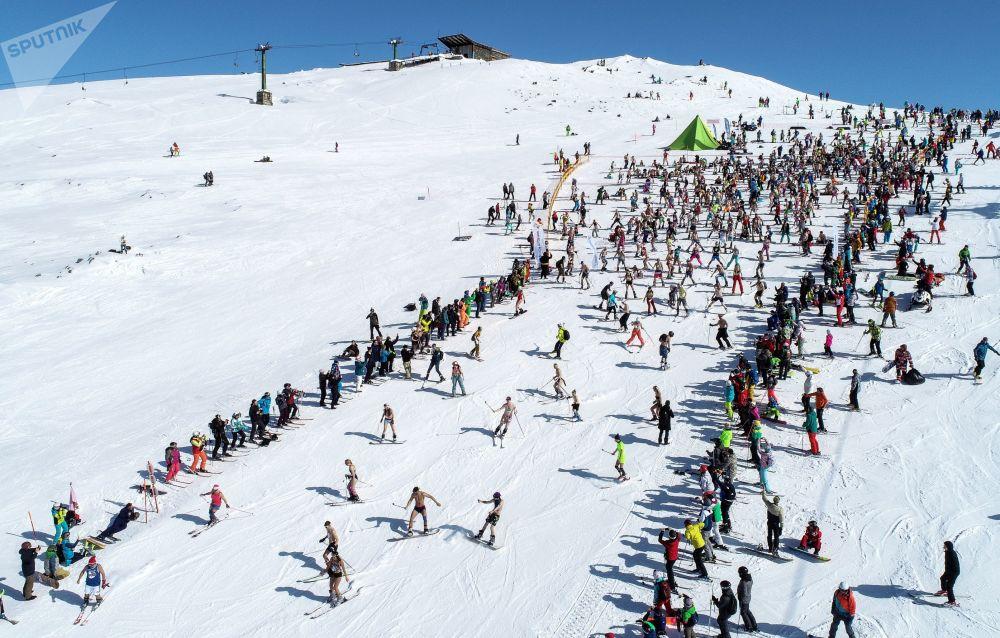 Pessoas de várias cidades participam do festival de biquíni na montanha de Aikuavenchorr, Rússia