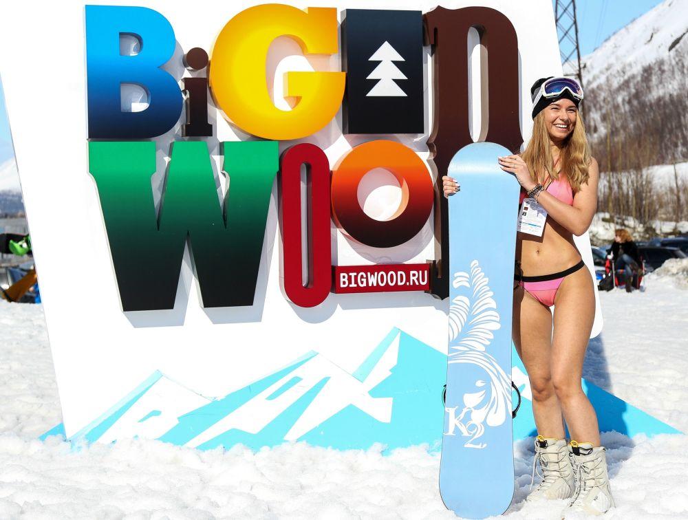 Jovem russa posa com snowbord durante festival de biquíni realizado na região russa de Murmansk